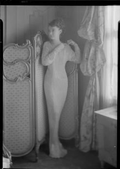 Nell Dorr (1893-1988); [Lillian Gish wearing tight long dress]; nitrate negative; Amon Carter Museum of American Art; Fort Worth TX; P1990.47.3511