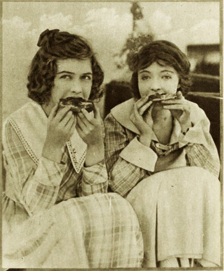Dorothy Gish and Lillian Gish ... having a (big) snack cca 1918