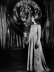1924: Lillian Gish (1893 - 1993) plays the title role in the film 'Romola', adapted from a novel by George Eliot and directed by Henry King for MGM.